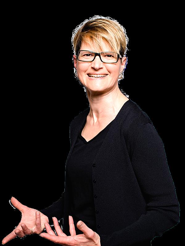 Foto von Christine Wahnschaffe, lächelnd, mit offenen Händen